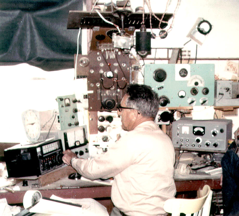 VK2AHN in his shack with an FL-100B
